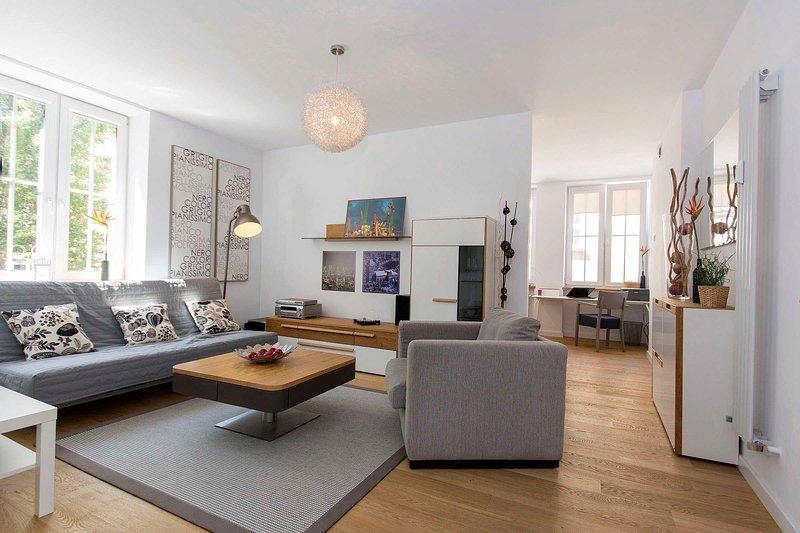 Confortable salon avec canapé.