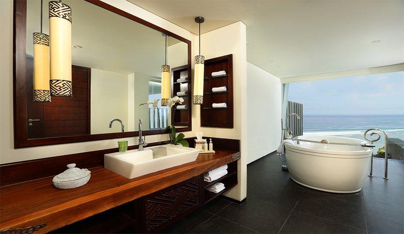 Honeymoon Pool Suite Bathroom