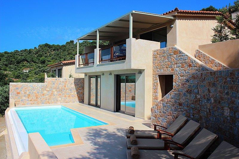 Villa Zaki 4 with private swimming pool - skiathos island, location de vacances à Skiathos Town