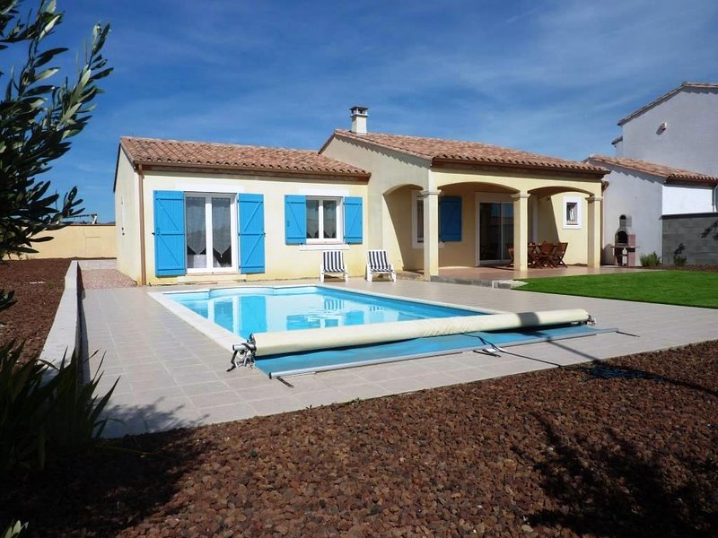 villa privada, jardín y piscina.
