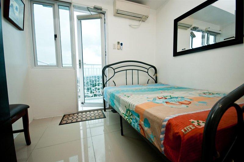 habitación fresca con closet, persianas de combo y persianas enrollables