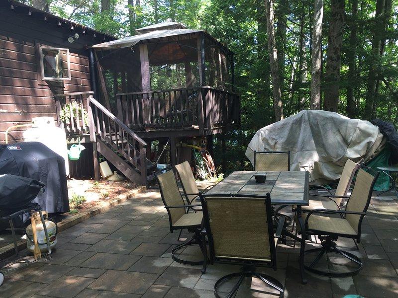 Buiten patio met twee grills