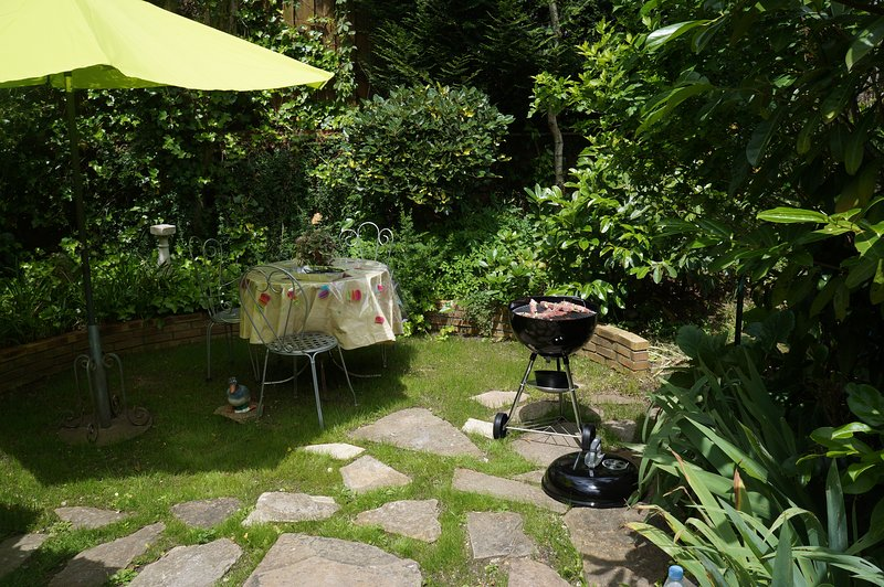 private garden, table and barbecue. quiet.