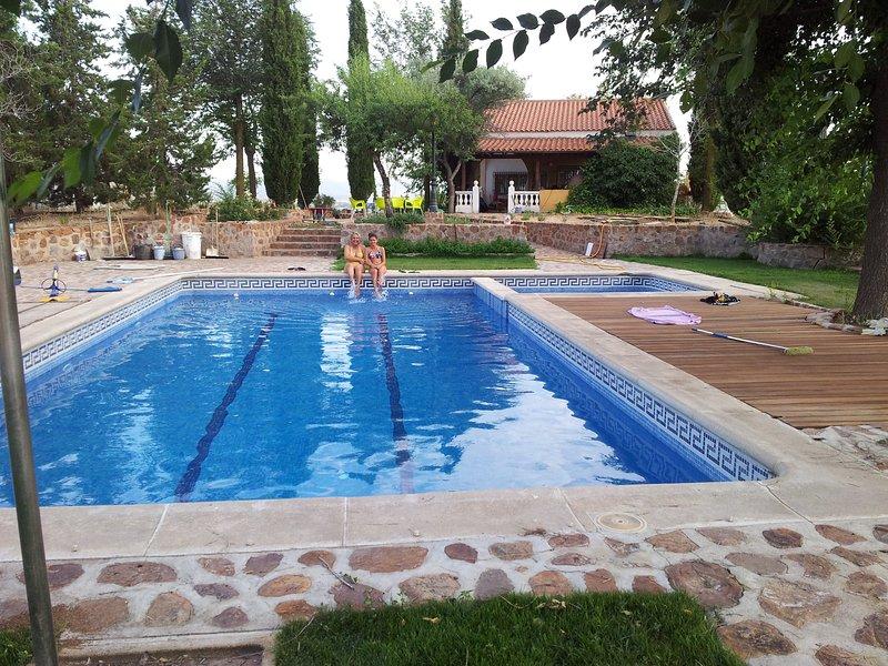 piscina de 12 x 6 y una infantil, disponemos de tumbonas, silla y mesas de jardin, os encantara.