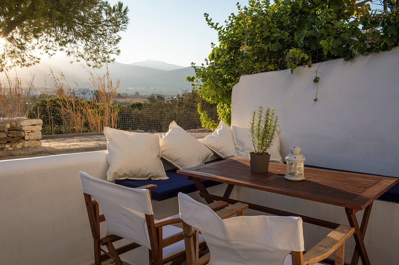 Aura house in 'Cleopatra Homes' 1min from Logaras sandy beach, alquiler vacacional en Paros