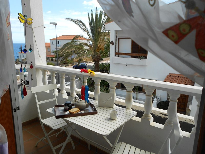 BEAUTIFUL PRIVATE ROOM ENSUITED BATHROOM  AND BALCONY AT TENERIFE COAST! WF, holiday rental in Las Caletillas