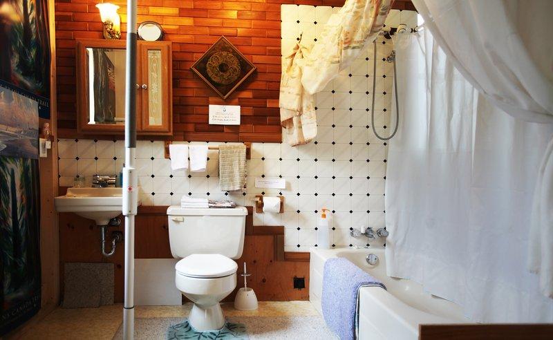 -cuarto de baño - lavabo, bañera con ducha. secador de pelo, champú, toallas y kit de primeros auxilios.