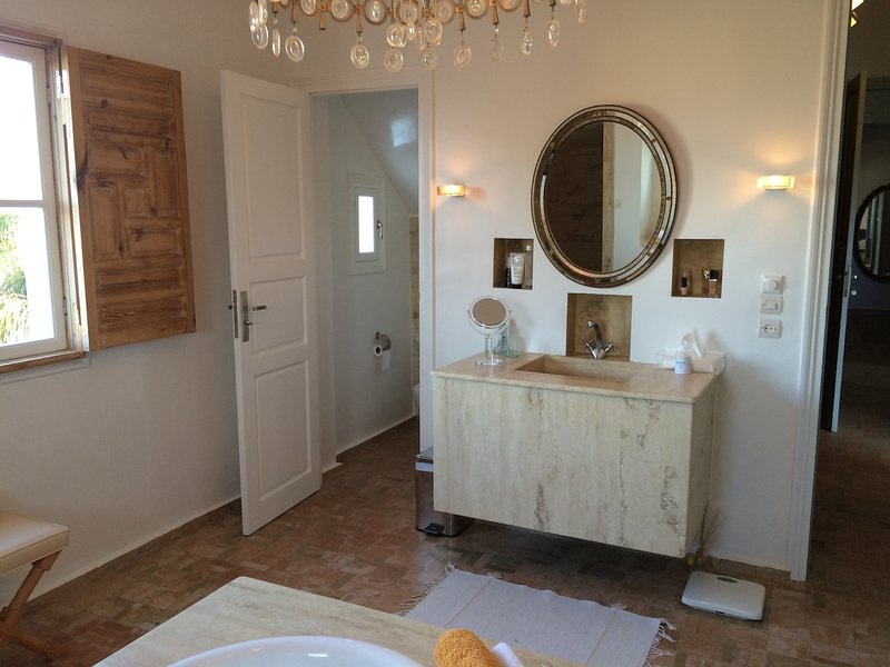 Another view of the bathroom ..