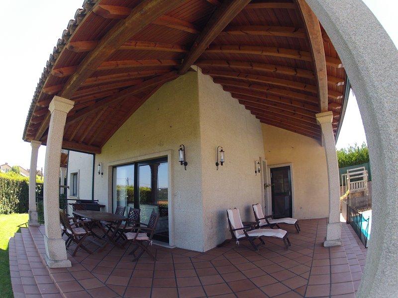 PRECIOSA CASA - SANTIAGO - PISCINA Y AMPLIAS VISTA, holiday rental in Santiago de Compostela