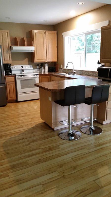 Cozinha com d / w, geladeira, fogão e microondas