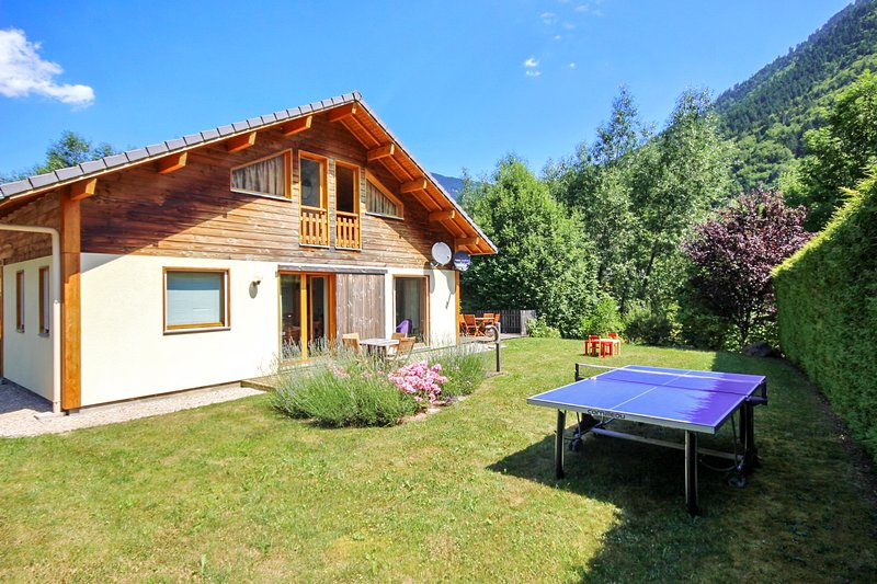 Amazing chalet with terrace & Wifi, casa vacanza a Saint Jean Aulps