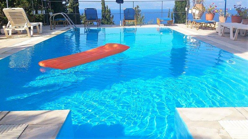 Nice apt with pool access & terrace, location de vacances à Mougkelatika