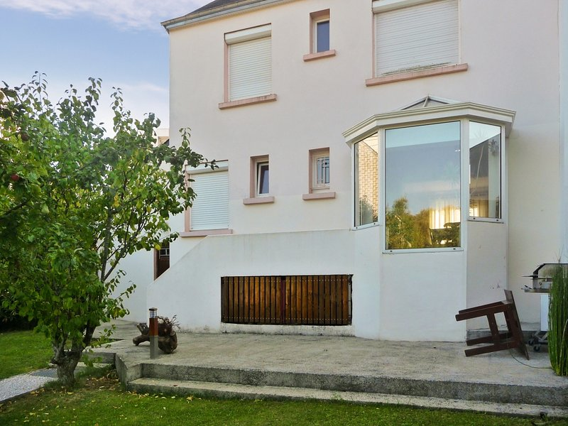 Spacious house with garden & Wifi, vacation rental in Lanester