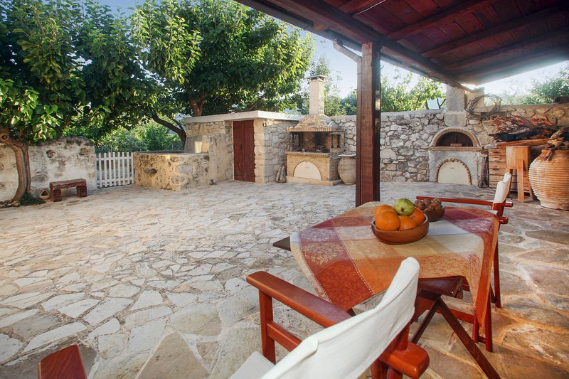 Beautiful house with garden & Wifi, vacation rental in Exopoli