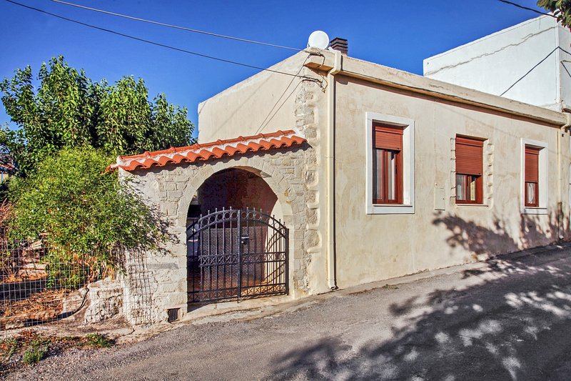 Beautiful house with garden & Wifi, holiday rental in Champatha
