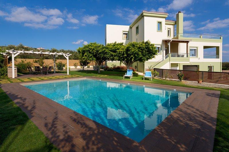 Villa Dimokratia | Private 3 Bedroom Villa with Pool, Garden and Amazing Views, Ferienwohnung in Platanias