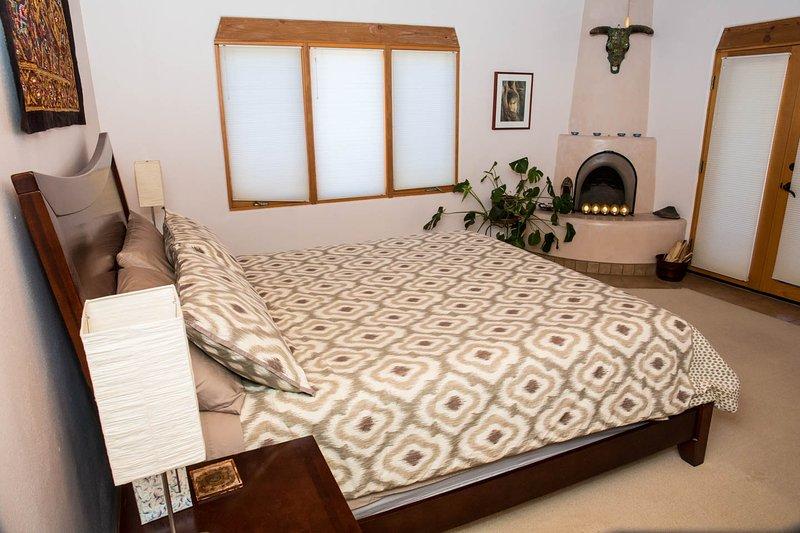 De master bedroom, Kiva open haard en openslaande deuren naar de achterkant portal