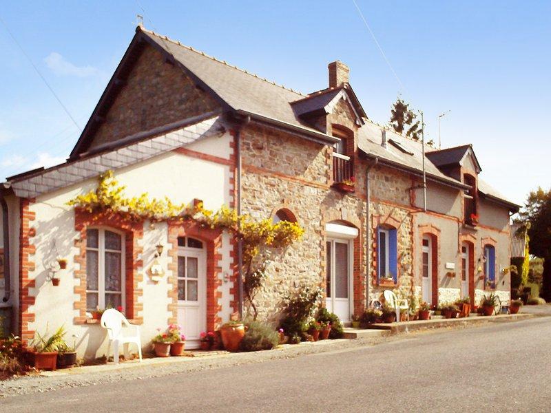 Spacious house with garden & Wifi, holiday rental in Martigne-Ferchaud