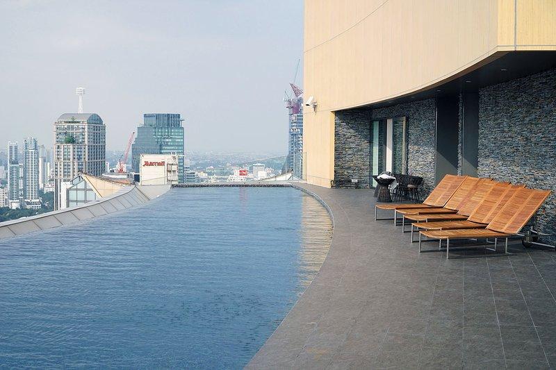 Cielo panorámico piscina de borde infinito en el piso 41th