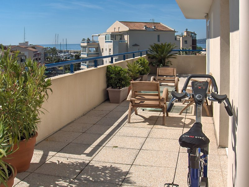 Spacious apt with sea view & Wifi, vacation rental in Fréjus