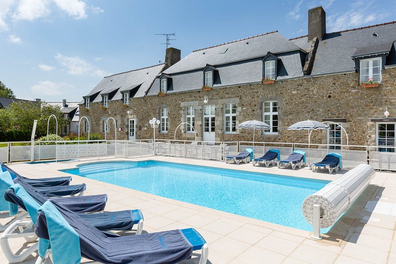 Domaine des Longchamps heated outdoor pool from May to September