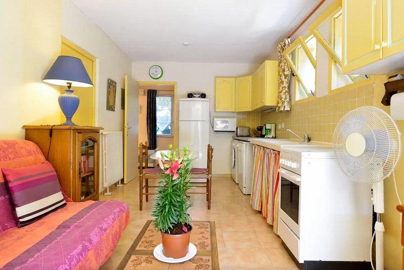 Beautiful apt with garden & terrace, vacation rental in Fréjus