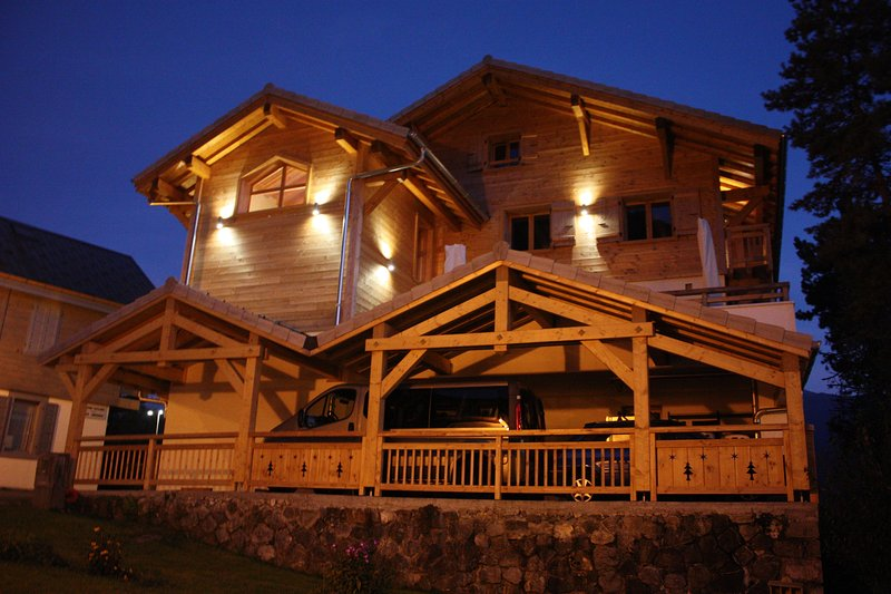 Luxury catered 5 bedroom chalet, wi-fi, hot tub, fantastic location with views 2.5km from telecabine