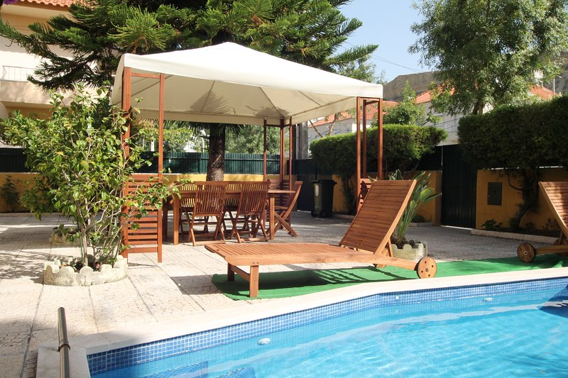 Yellow Cottage-Retro Style.Garden+BBQ+Pool!, vacation rental in Costa da Caparica