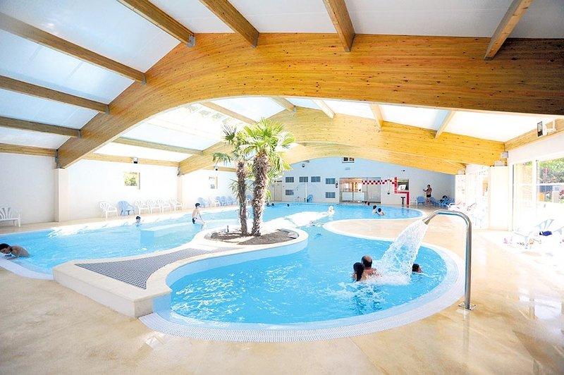Beautiful bungalow with pool access, location de vacances à Les Mathes