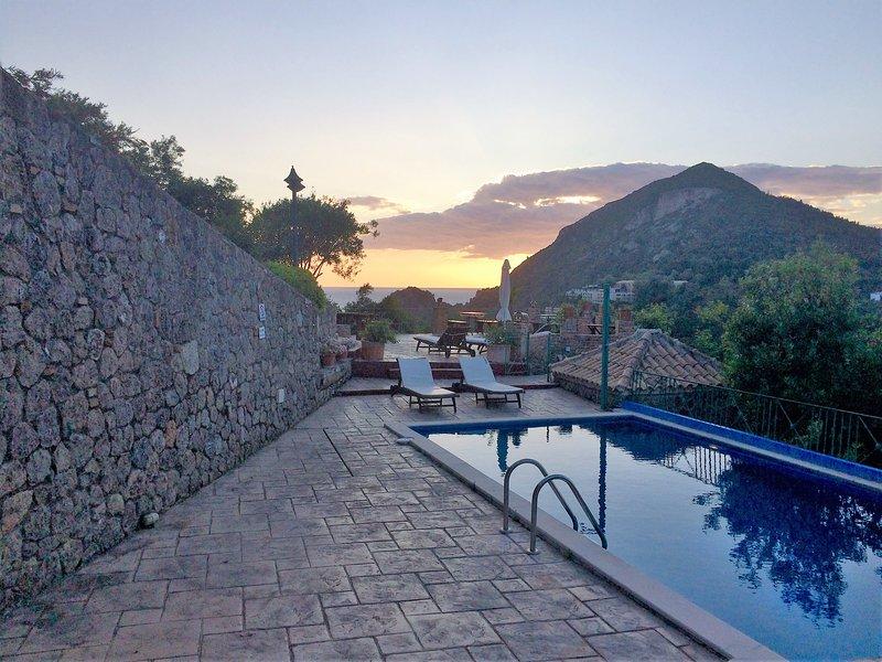 La piscine principale par le Ermones Ambre Villa.