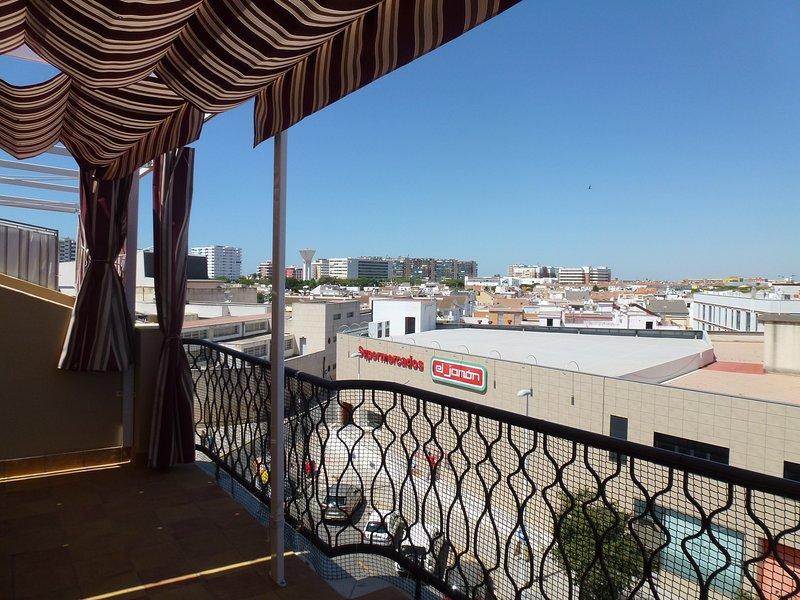 Atico reformado con ascensor y terraza, holiday rental in Mazagon