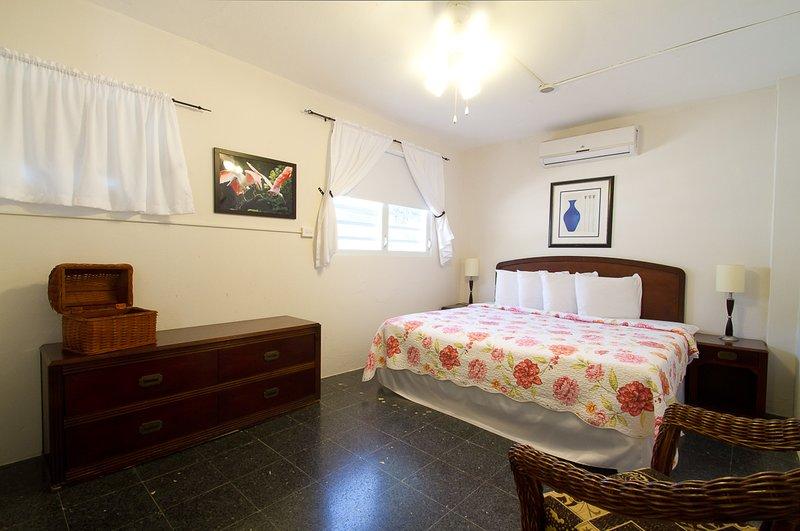 El dormitorio principal con cama de matrimonio y baño incorporado