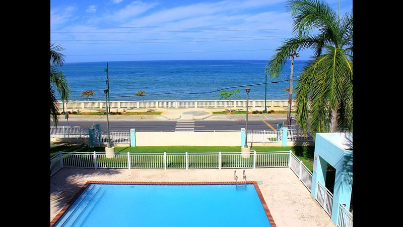 Enjoy Summer all year at Ocean Front Mini Penthouse Huge Private Terrace, location de vacances à Aguadilla
