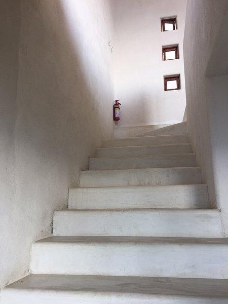 Cuisine privée et salle de bains sont en bas des escaliers privés