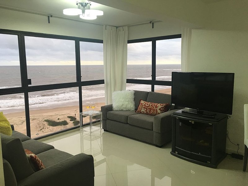 Beautiful apartment across the street from Beach!, alquiler de vacaciones en Departamento de Maldonado