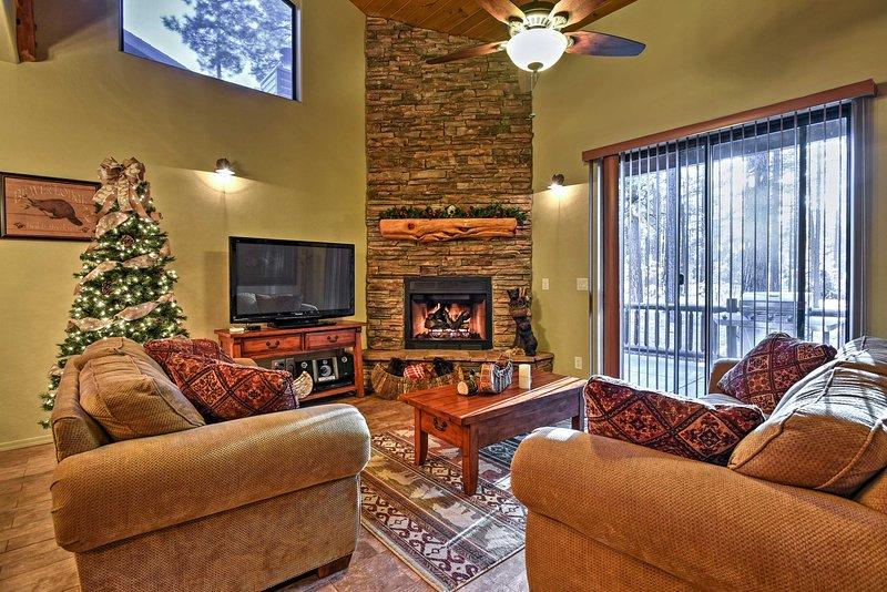 Vardagsrummet ger moderna möbler och en gasspis.