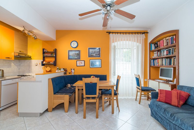 A1(4+1): kitchen and dining room