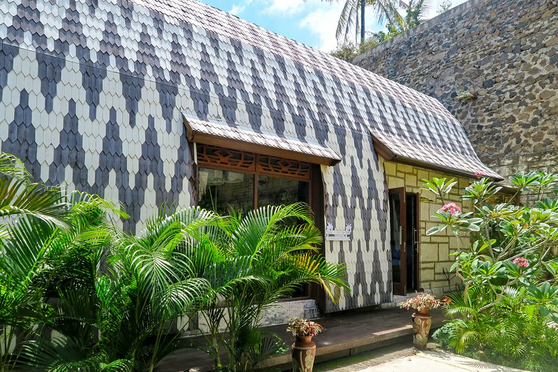 villa payung 2story wood house with kitchean 2bedroom ensuites balcony and garden ocean views