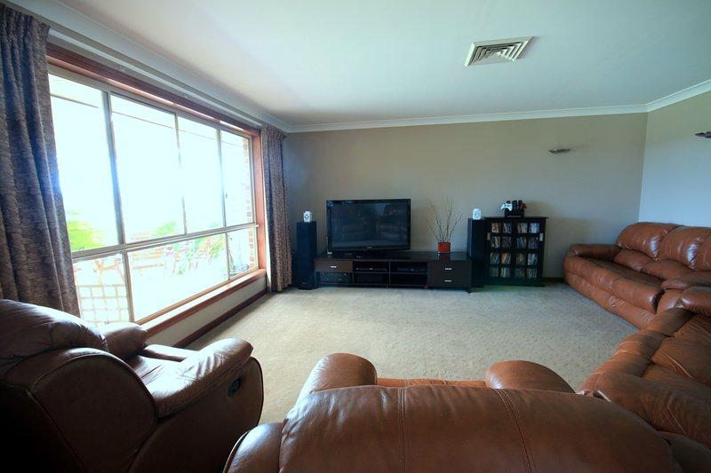 La sala de televisión (se asoma a la zona de ocio al aire libre)
