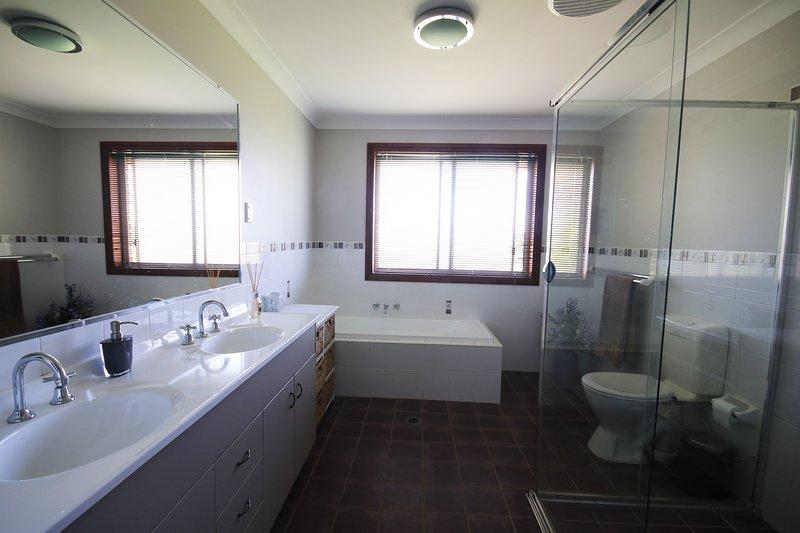 Cuarto de baño principal, con doble lavabo y ducha extra grande