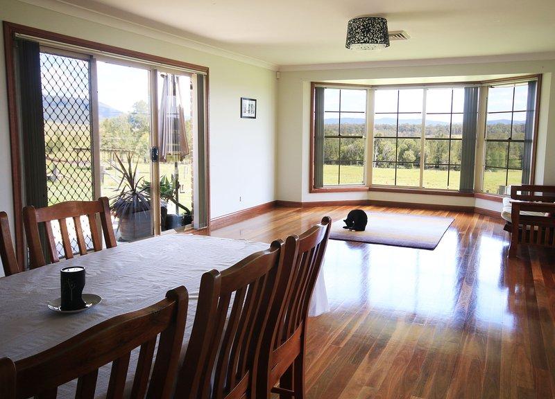 Habitación familiar con mesa de comedor extensible