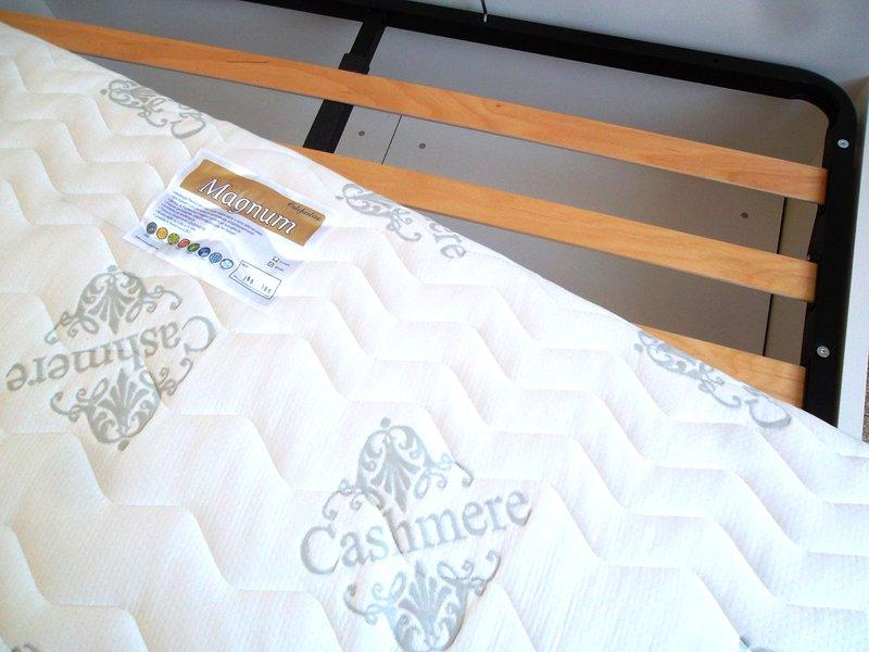 El colchón en el dormitorio principal es muelles embolsados individuales. Red de listones de madera.