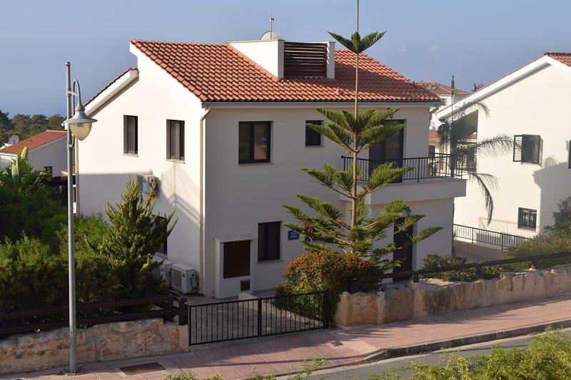 Villa Petra - Private Pool - Games Room - Large Sun Terrace - Full A/C - WiFi, holiday rental in Pissouri