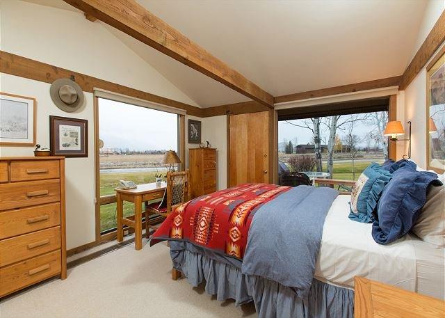 Master bedroom=Queen