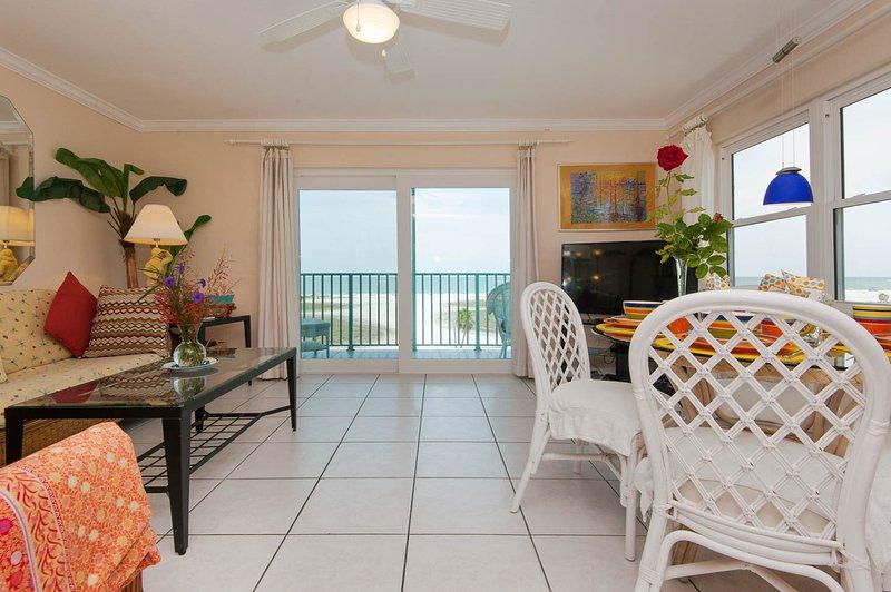 Sala de estar y un balcón grande con playas blancas y Golfo de México.