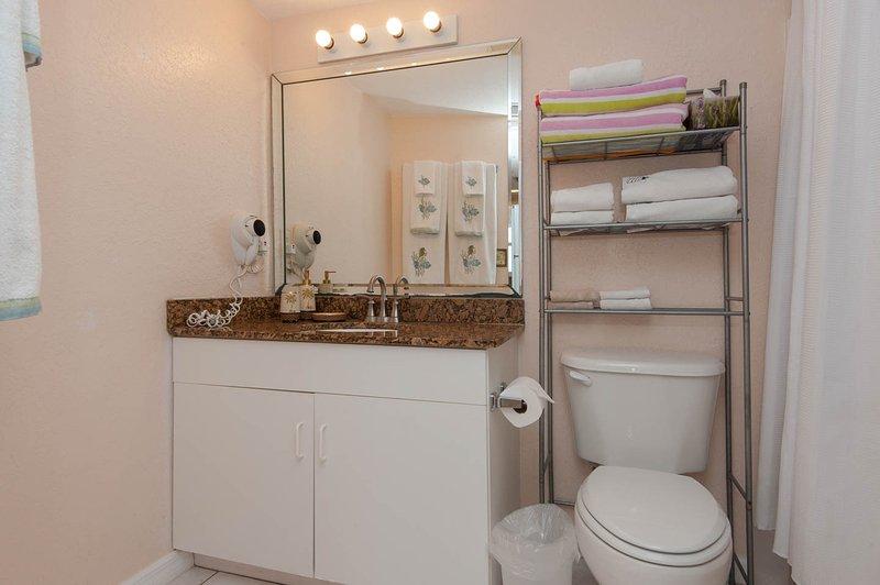 Uno de los dos cuartos de baño completos