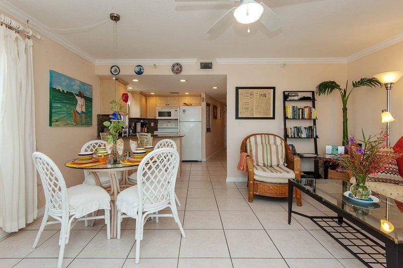 Vista desde el balcón hacia la zona de comedor, cocina, sala de estar y el baño / dormitorios.