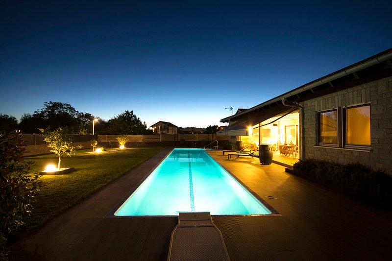 Veranda des Hauses in der Nacht.