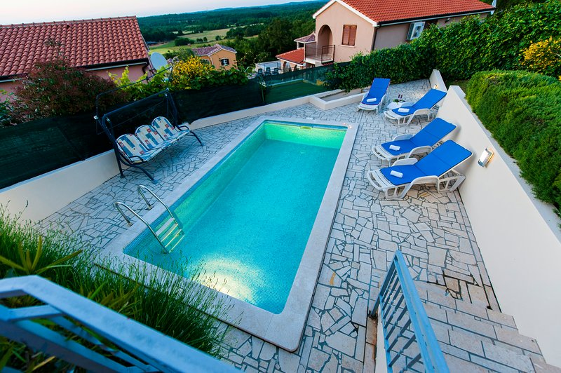 Nice bungalow with swimming-pool, holiday rental in Radmani