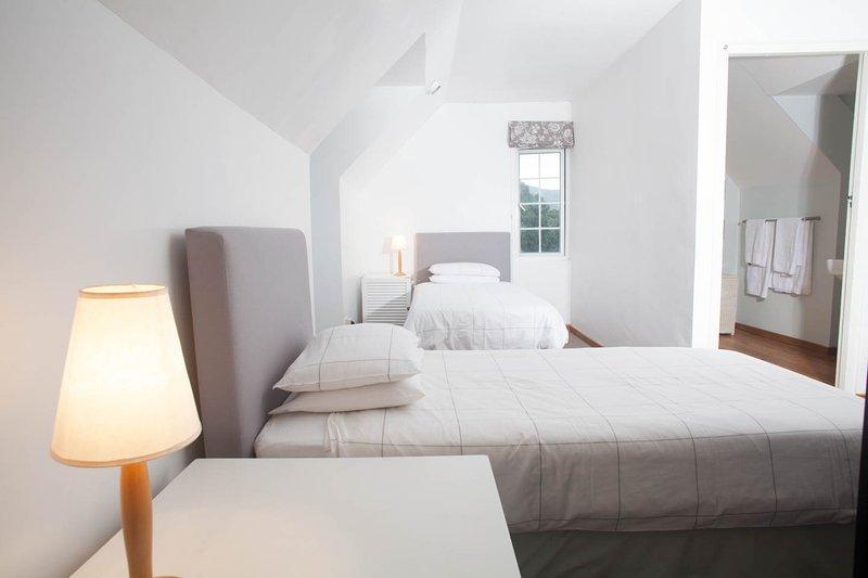 Tr / Adv Loft foto con camas individuales y baño